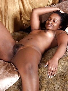 Kinky Black Filling Her Cunt With Her Fingers