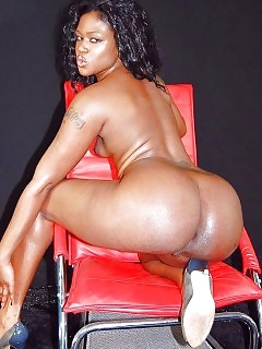 Black Girlfriend Shows Off Her Amazing Booty And Trimmed Fanny
